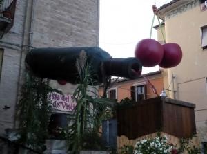 bottiglia-di-visciola-in-piazza-del-comune-300×224