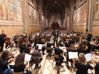 lorchestra-giovanile-diretta-dal-maestro-Campolucci-alla-basilica-Superiore-San-Francesco-di-Assisi-1024×633