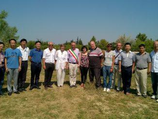 sindaco-Domizioli-e-Eddy-Ceccarelli-con-parte-della-delegazione-cinese-e-rappresentanti-di-Regione-e-Università-1024×576
