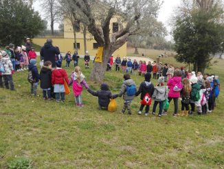Lassessore-Mancini-con-i-bambini-per-la-Festa-dellAlbero1