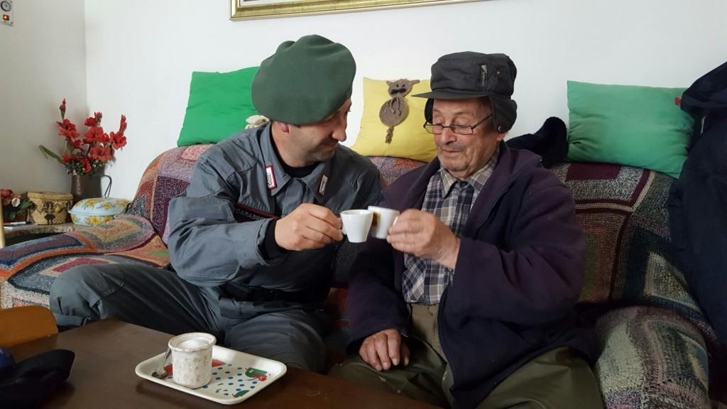 Carabinieri-Forestali-di-Comunanza-che-hanno-portato-cibo-ad-una-famiglia-in-Loc.-Tavernelle-1024×576