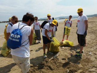 volontari spiaggia