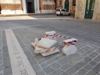 Panchina rotta in piazza F2