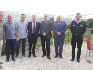 foto gruppo con Prefetto e Sindaco Cerioni_ Podere Tufi