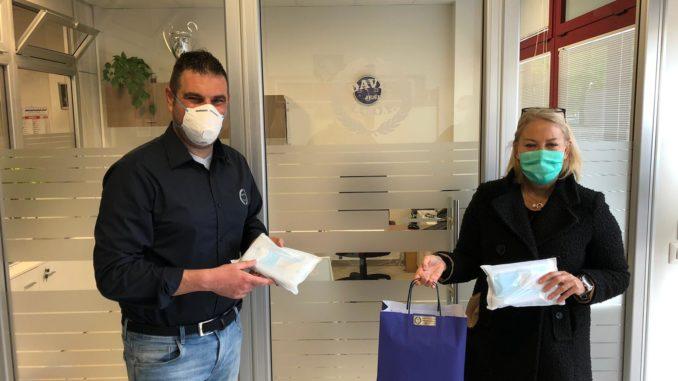 Maria Luisa Quaglieri riceve le mascherine da David Icop