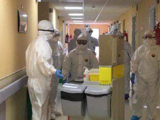 personale al lavoro in reparto covid_2