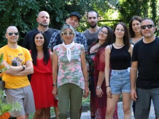 I protagonisti del video assieme alla vicesindaca di Visso, Patrizia Serfaustini (al centro)