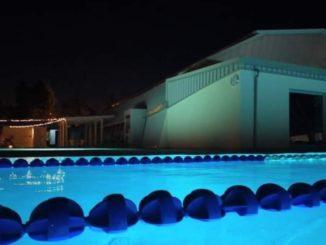 nuotate notturne piscina